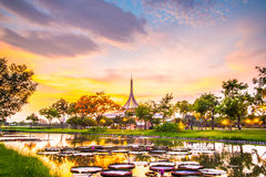 Suan Luang Rama IX公园,曼谷暮色亭子地标  免版税图库摄影