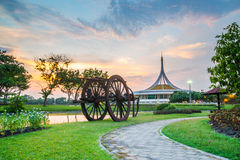 Suan Luang Rama IX公园,曼谷暮色亭子地标  图库摄影