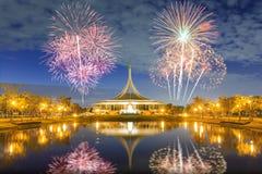 Suan Luang RAMA offentlig IX parkerar med fyrverkerier Arkivbilder