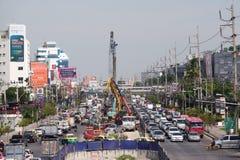 Suan Luang, TAILÂNDIA - 6 de novembro de 2018: Trem de céu do projeto de construção do sistema de transporte público imagem de stock
