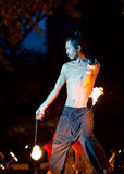 Suan Santichaiprakarn, Tailandia - junio 12,2010: El bailarín realiza la demostración del baile del fuego imagen de archivo libre de regalías