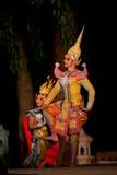 Suan Santichaiprakarn, Thailand - Jun 12.2010: De dansers voeren traditionele Thaise dans uit tonen royalty-vrije stock fotografie