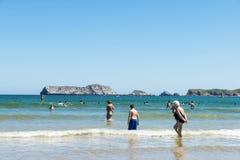 Suances plażowy pełny kąpielowicze w lecie Fotografia Royalty Free