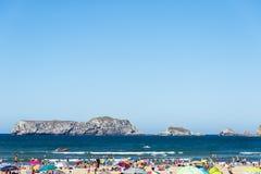 Suances plażowy pełny kąpielowicze w lecie Obrazy Royalty Free