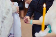 Suas mãos em uma toalha na igreja imagens de stock royalty free