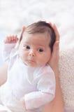 Suavemente manos de la madre que detienen al bebé Recién nacido regordete y hermoso fotos de archivo