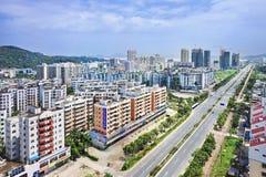 Subúrbio com prédios de apartamentos novos, Zhuhai, China Fotografia de Stock Royalty Free