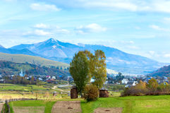 Subúrbios da aldeia da montanha do outono Fotografia de Stock