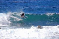Suba al montar a caballo de la persona que practica surf en una onda en el Laguna Beach, CA Imagen de archivo libre de regalías