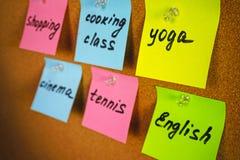 Suba con actividades de los recordatorios de las etiquetas engomadas y aficiones de la muchacha o de la señora: yoga, clase de in imagenes de archivo