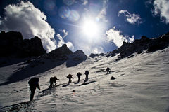 Suba las montañas de la nieve Fotografía de archivo
