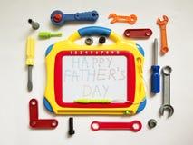 Suba para escribir, con el día de padre feliz de las palabras, en un blanco imagenes de archivo