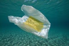 Subacqueo un sacchetto di plastica sotto la superficie dell'acqua immagini stock libere da diritti