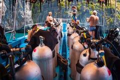 Subaquei che si preparano per l'immersione su una barca in pieno di attrezzatura, Tailandia fotografia stock libera da diritti