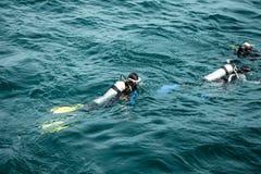 Subaqueo che galleggia sul mare a Chonburi, Tailandia fotografia stock libera da diritti