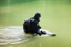 Subaqueo che indossa la maschera di protezione piena Immagini Stock Libere da Diritti