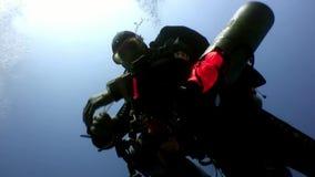 Subaqueo che nuota underwater profondo in Mar Rosso video d archivio