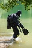 Subaqueo con la maschera di protezione piena Fotografie Stock