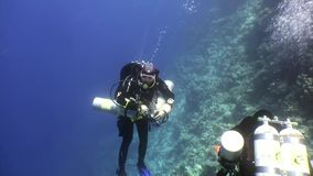 Subaqueo due che nuota underwater profondo in Mar Rosso stock footage