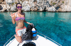 Subaqueo femminile con attrezzatura sulla barca fotografia stock