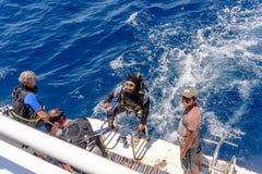 Subaqueo in suo ingranaggio su una barca di tuffo Fotografia Stock Libera da Diritti