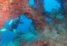 Subaqueo Swimming attraverso la caverna Immagine Stock Libera da Diritti