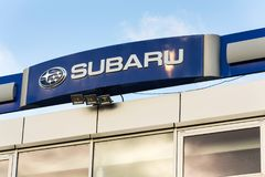 Subaru在经销权大厦的公司商标 免版税库存照片