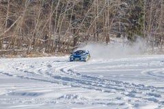 Subaru bij frozzen meer, de winter Reisfoto stock fotografie