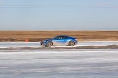 Subaru blu BRZ sulla pista del ghiaccio Fotografie Stock Libere da Diritti