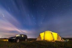 Subaru-Houtvester die bij strand onder sterren kamperen royalty-vrije stock fotografie