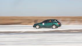 Subaru Impreza verde sulla pista del ghiaccio Fotografie Stock