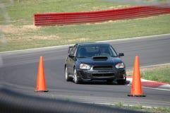 Subaru WTI, das auf Rennen-Kurs antreibt Stockfotografie