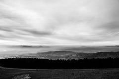 Subasio Mt 翁布里亚,意大利,当天空在底下盖由云彩和薄雾在谷 免版税图库摄影