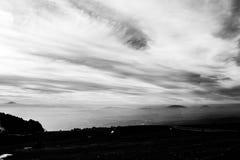 Subasio Mt 翁布里亚,意大利,当天空在底下盖由云彩和薄雾在谷 免版税库存照片