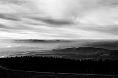 Subasio Mt 翁布里亚,意大利,当天空在底下盖由云彩和薄雾在谷 库存图片