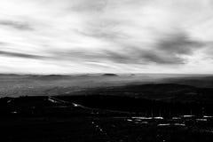 Subasio Mt 翁布里亚,意大利,当天空在底下盖由云彩和薄雾在谷 库存照片