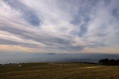 Subasio Mt Umbria, Włochy, z niebem zakrywającym chmurami i ciepłymi zmierzchów kolorami Obrazy Stock