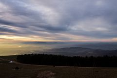 Subasio Mt Umbria, Włochy, z niebem zakrywającym chmurami i ciepłymi zmierzchów kolorami Obrazy Royalty Free