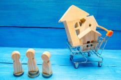 Subasta, propiedades inmobiliarias de la venta pública Casa de madera, carretilla del supermercado, gente Comprando, vendiendo y  imágenes de archivo libres de regalías