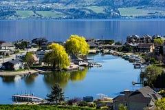 Subdivisión de la orilla del lago en la Columbia Británica del oeste Canadá de Kelowna del lago Okanagan Imagen de archivo libre de regalías