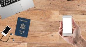 Säubern Sie hölzernen Schreibtisch mit Reisezubehör Stockfotografie