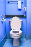 Säubern Sie WC-Innenwaschraumhotel der Toilettensitzschüsseltoilette blaues Stockbild