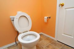 Säubern Sie weißes Toilette bown Stockbilder