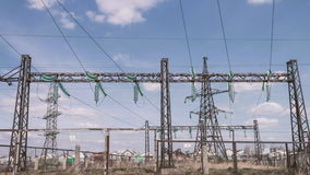 Subestação de alta tensão da distribuição da eletricidade Indústria energética Fios em apoios Eletricidade para pagamentos potênc video estoque