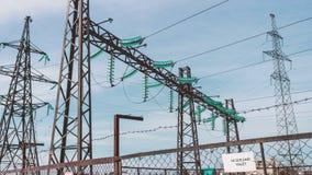 Subestação de alta tensão elétrica Energia limpa renovável Geradores e fios bondes no apoio Indústria energética vídeos de arquivo