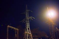 Subestação de alta tensão na noite imagens de stock