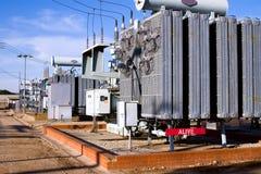 Subestação eléctrica com sinal de aviso vermelho Fotografia de Stock Royalty Free