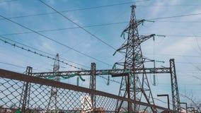 Subestação elétrica atrás da cerca Indústria energética Fios bondes de alta tensão no apoio vídeos de arquivo