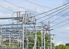 Subestação elétrica com isoladores e cabo Foto de Stock Royalty Free