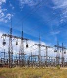 Subestação elétrica da distribuição com linhas elétricas contra a SK Imagem de Stock Royalty Free